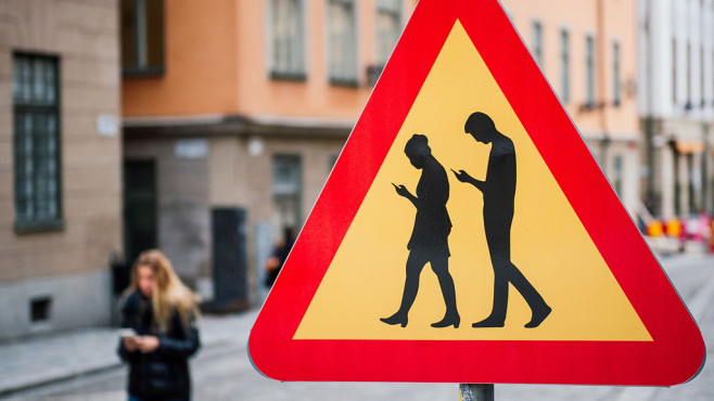 Handy-Zombies: Warnschilder in Schweden©JONATHAN NACKSTRAND / Freier Fotograf / Getty Images