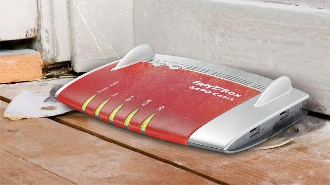 FritzBox steht auf dem Boden©AVM, ©istock.com/electricspace