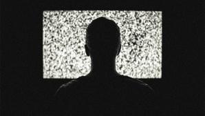 Mann vor TV-Gerät©pexels.com