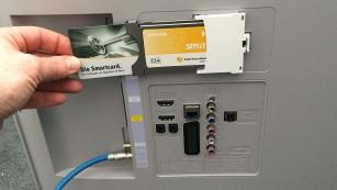 Unitymedia schaltet analoges Kabelfernsehen ab Der Empfang verschlüsselter Sender wie der privaten HD-Programme klappt mit einem CI+ Modul samt Smartcard vom Kabelnetzbetreiber. Beides kommt in einen entsprechenden Einschub am Fernseher.©COMPUTER BILD