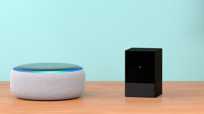 Amazon Fire TV Blaster steht auf einem Tisch neben Amazon Echo Dot.©Amazon