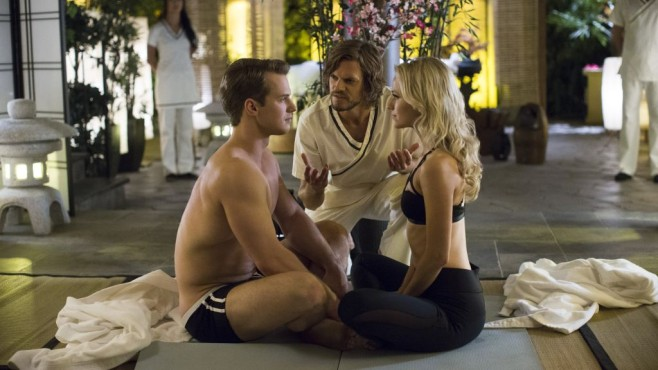 UnREAL: Adam (Freddie Stroma) lernt Yoga © Lifetime/James Dittiger