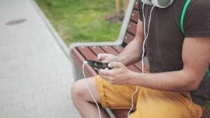 Mann sitzt auf einer Bank und hat sein Smartphone in der Hand.©pexels.com