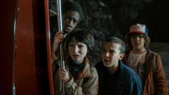 Szene aus Stranger Things: Caleb McLaughlin, Finn Wolfhard, Millie Bobby Brown, Gaten Matarazzo © Courtesy of Netflix