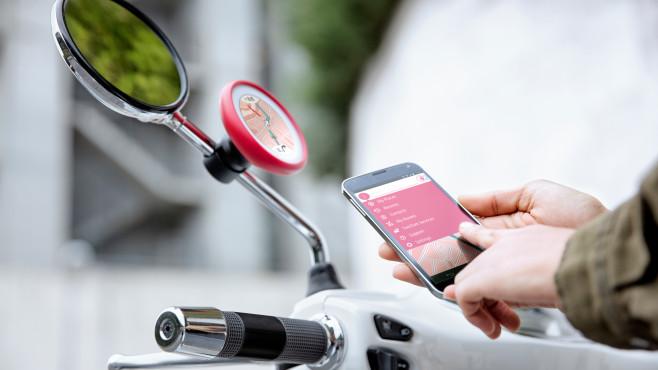 TomTom Vio: Das erste Navi speziell für Motorroller Das TomTom Vio kommt mit einer speziellen Halterung für Motorroller. Und mit wechselbaren Farbcovern.©TomTom