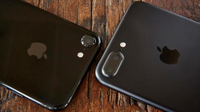 iPhone 7 Plus mit Daten, Preis, Specs – das bessere iPhone im Test Nur das Apple iPhone 7 Plus hat hinten zwei Kameras: Eine normale mit Weitwinkel-, eine mit Tele-Objektiv.©BILD / Christoph Michaelis