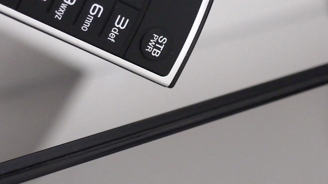 Der superdünne LG OLED 65E6 im Test Der Blick von oben zeigt, wie dünn der eigentliche Bildschirm ist. Zum Vergleich ist direkt davor ein Teil der Fernbedienung zu sehen.©Computer Bild