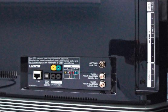 Der superdünne LG OLED 65E6 im Test Die Empfangsteile für Kabel, Antenne und Satellit sind jeweils doppelt eingebaut, Sat-Nutzer benötigen für optimalen Komfort zwei Anschlüsse.©Computer Bild