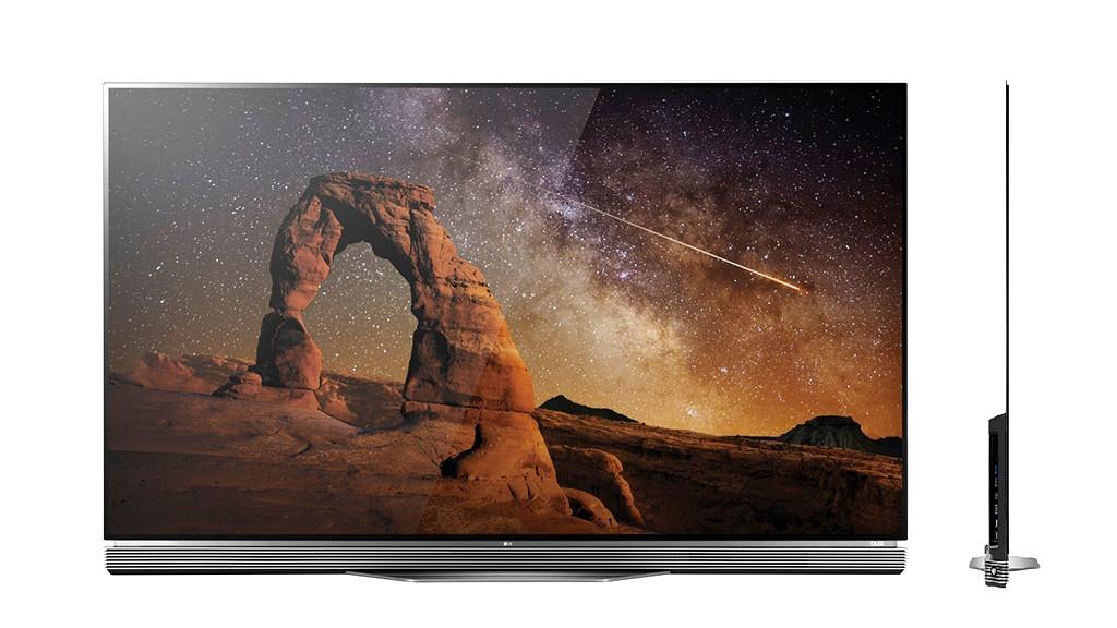 Der superdünne LG OLED 65E6 im Test Unter dem Bildschirm ist beim LG OLED 65E6 eine Lautsprecher-Leiste angebracht. Die Seitenansicht rechts zeigt, wie schmal der Fernseher ist.©LG