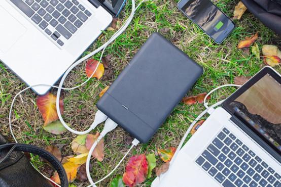 PLUG lädt Macbook und iPhone©ChargeTech
