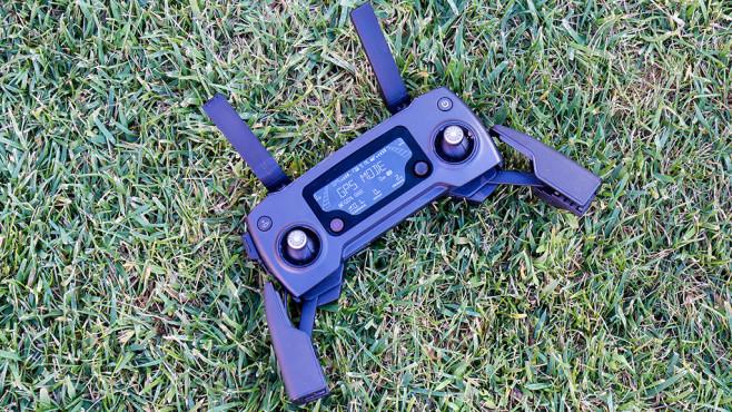 Höhenflug: Alle Infos zur neuen Drohne DJI Mavic Pro Der Controller der DJI Mavic Pro liegt gut in der Hand und hat eine Halterung für Smartphones.©COMPUTER BILD