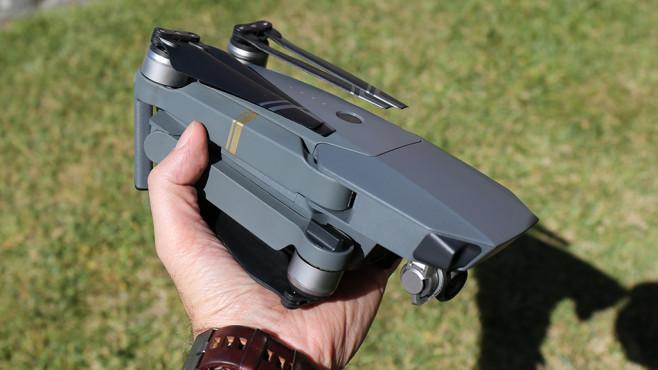 Höhenflug: Alle Infos zur neuen Drohne DJI Mavic Pro Zusammengefaltet ist die Mavic Pro von DJI nicht viel größer als eine Thermoskanne und passt in jeden Rucksack.©COMPUTER BILD