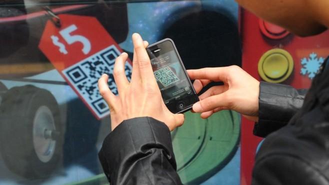Smartphone-Nutzer scannt Barcode©Steve Jennigs/gettyimages
