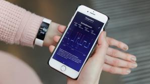 Fitbit Inspire HR und Fitbit App©COMPUTER BILD