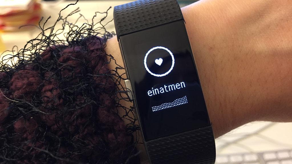 Fitbit Aktivitätstracker Charge Hr App : Fitbit charge im labor test computer bild