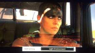 """Neuer Player im Test: Panasonic bringt die UHD-Blu-ray auf Touren Vor allem düster belichtete Filme wie """"Mad Max"""" (Bildschirmfoto) lassen sich mit der HDR-Taste zur Wiedergabe in heller Umgebung gut anpassen.©COMPUTER BILD"""