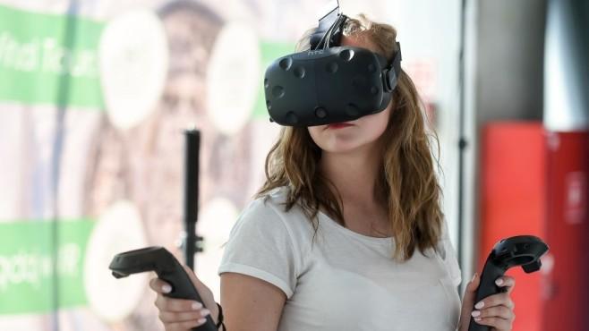 Spielerin mit HTC Vive auf dem Kopf©Gallo Images/gettyimages