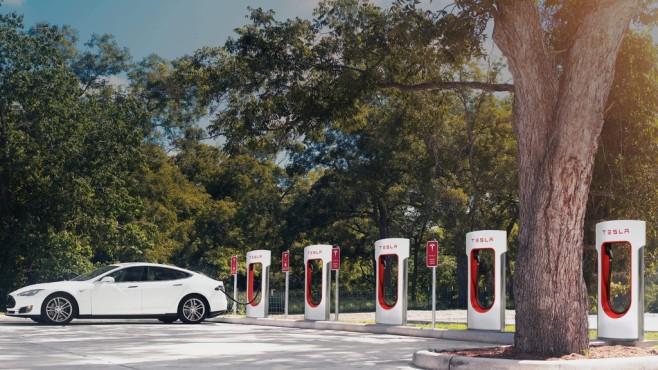 Tesla lädt an Supercharger©Tesla Motos