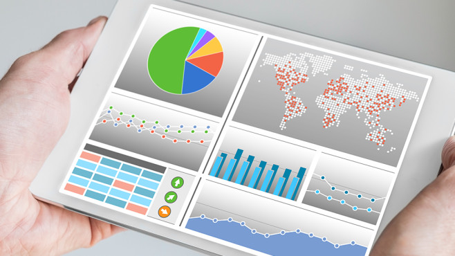 Durchschnittlichen RAM-Verbrauch messen © Fotolia--iconimage-Hand holding modern tablet or mobile device with analytics dashboard for sales, marketing, accounting, controlling department to check revenue, sales and business KPIs