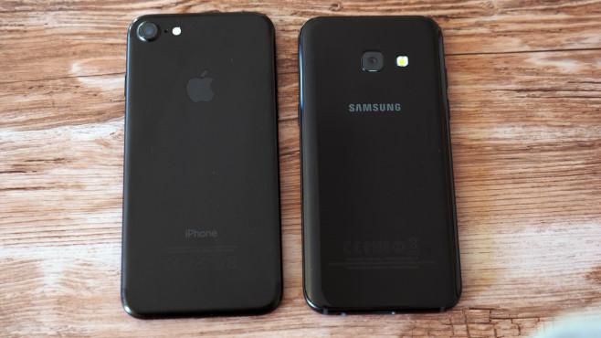 iPhone 7 neben Samsung Galaxy A3 (2017)©COMPUTER BILD