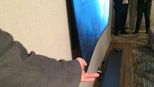 Der neue LG Fernseher OLED W7 ist 3 Millimeter dünn Der LG OLED W7 haftet magnetisch an der Wand - flacher geht es kaum.©COMPUTER BILD