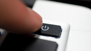 Ein Finger drückt einen Power-Knopf©iStock.com/batuhan toker