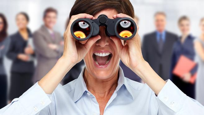 Eine Frau schaut durch ein Fernglas©Kurhan - fotolia.com