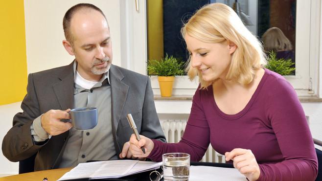 eine Frau unterschreibt einen Vertrag©Dan Race - fotolia.com