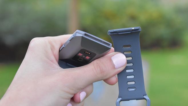 Fitbit Ionic: Praxis-Test der Fitbit-Smartwatch Das Armband ist leicht wechselbar.©COMPUTER BILD