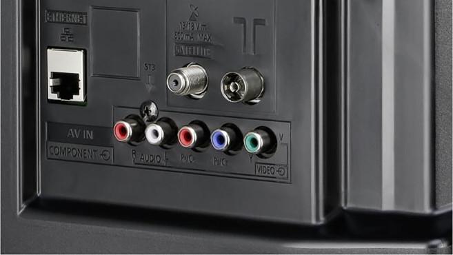 Zuschauer sehen schwarz: Sender stoppen TV-Ausstrahlung per Satellit Die meisten aktuellen Fernseher (Bild: Panasonic FSW504) haben einen Sat-Anschluss, die Buchse ist an ihrem Außengewinde erkennbar (die linke der beiden Antennenbuchsen in der oberen Reihe). Die früher üblichen Receiver sind damit überflüssig.©Panasonic