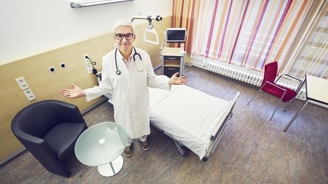 Chefarzt steht im Einzelzimmer©upixa - fotolia.com