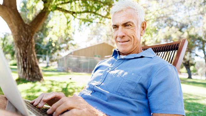 Geschäftsmann arbeitet am Laptop©Sergey Nivens - fotolia.com