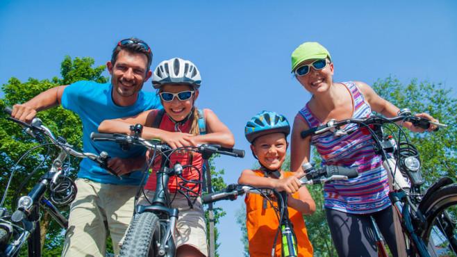 Familie auf Fahrradtour©Max Topchii - fotolia.com