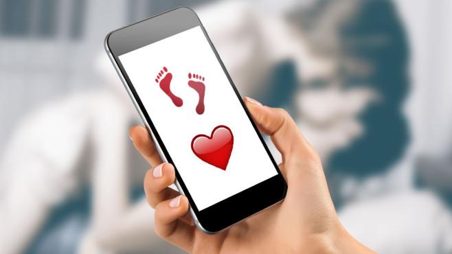 Fußabdrücke und ein rotes Herz sind auch ein Sex-Code ©©istock.com/MilosStankovic, Apple, mayatnik - Fotolia.com