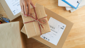 © Fotolia--DragonImages-Sending gifts