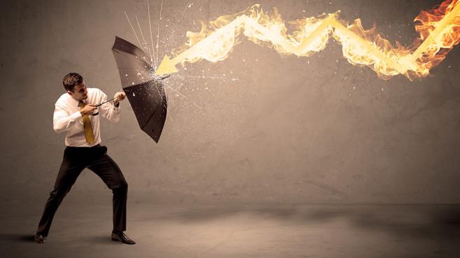 Windows 10: Alten Defender starten©Fotolia--ra2 studio-Business man defending himself from a fire arrow with an umbrella