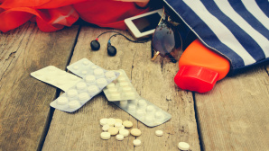 Tabletten, Strandtasche und Sonnenbrille auf einem Holzsteg©istock.com/Mukhina1