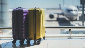 Zwei Koffer im Flughafenterminal©iana_kolesnikova - Fotolia.com
