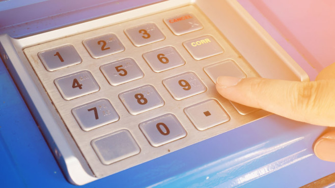 Windows-8-/-10-PIN unsicher?©Fotolia--Kwangmoo-woman using ATM machine to withdraw money