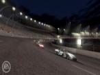 NASCAR 08: Im Licht der riesigen Scheinwerfer drehen Sie Nachts Ihre Runden.