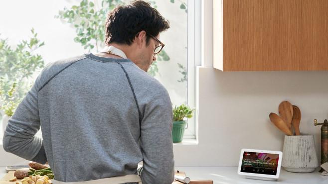 Mann kocht unter der Anleitung von Google Assistant©Google