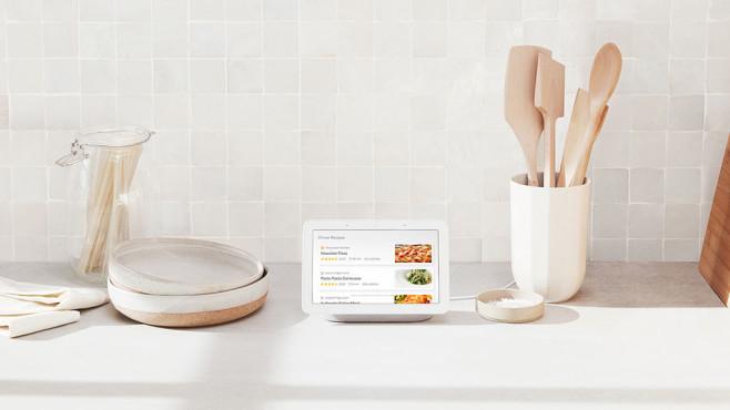Nest Home Hub steht in der Küche neben Kochutensilien und zeigt Rezepte an©Google