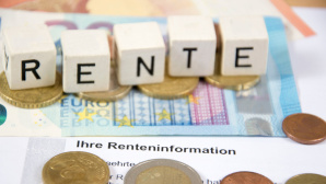 Klötze mit Rente und Geld©istock.com/dstaerk