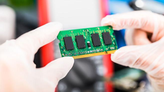 Task-Manager von Windows 8: Genauen RAM-Typ ermitteln©Fotolia--Scanrail-Laptop memory module in hands