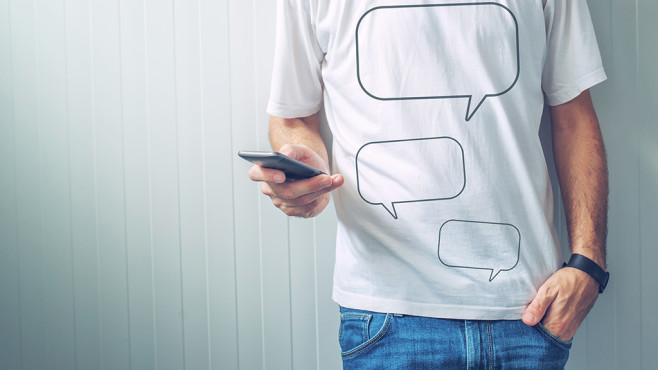 Männlicher Oberkörper mit T-Shirt vor einfarbiger Wand©istock.com/stevanovicigor