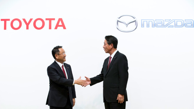 Toyota-Chef Akio Toyoda und Mazda-Chef Masamachi Kogai©Tomohiro Ohsumi/gettyimages